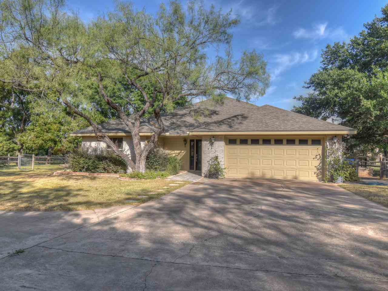 Single Family Home for Sale at 260 Braeburn Circle 260 Braeburn Circle Meadowlakes, Texas 78654 United States