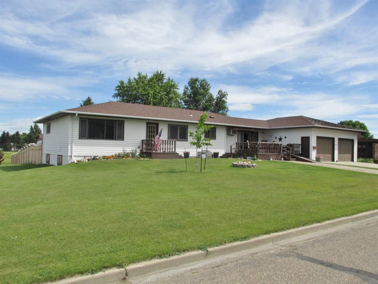 301 SE 9th Street, Rugby, ND 58368