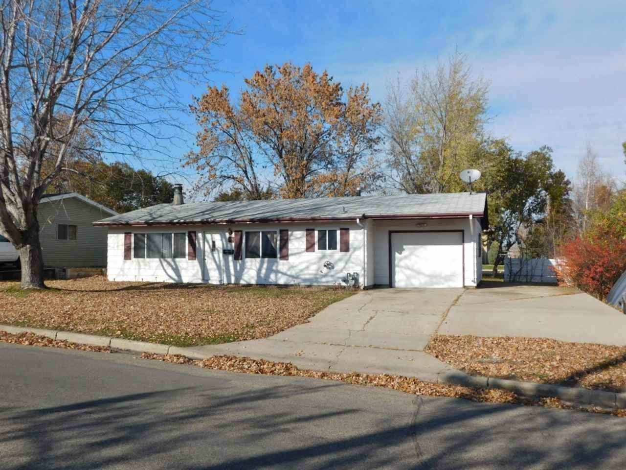 904 20th Ave NW, Minot, ND 58703