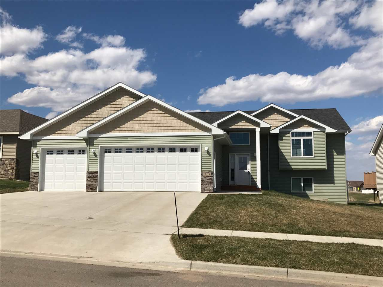 1808 26TH AVE NW, Minot, ND 58703