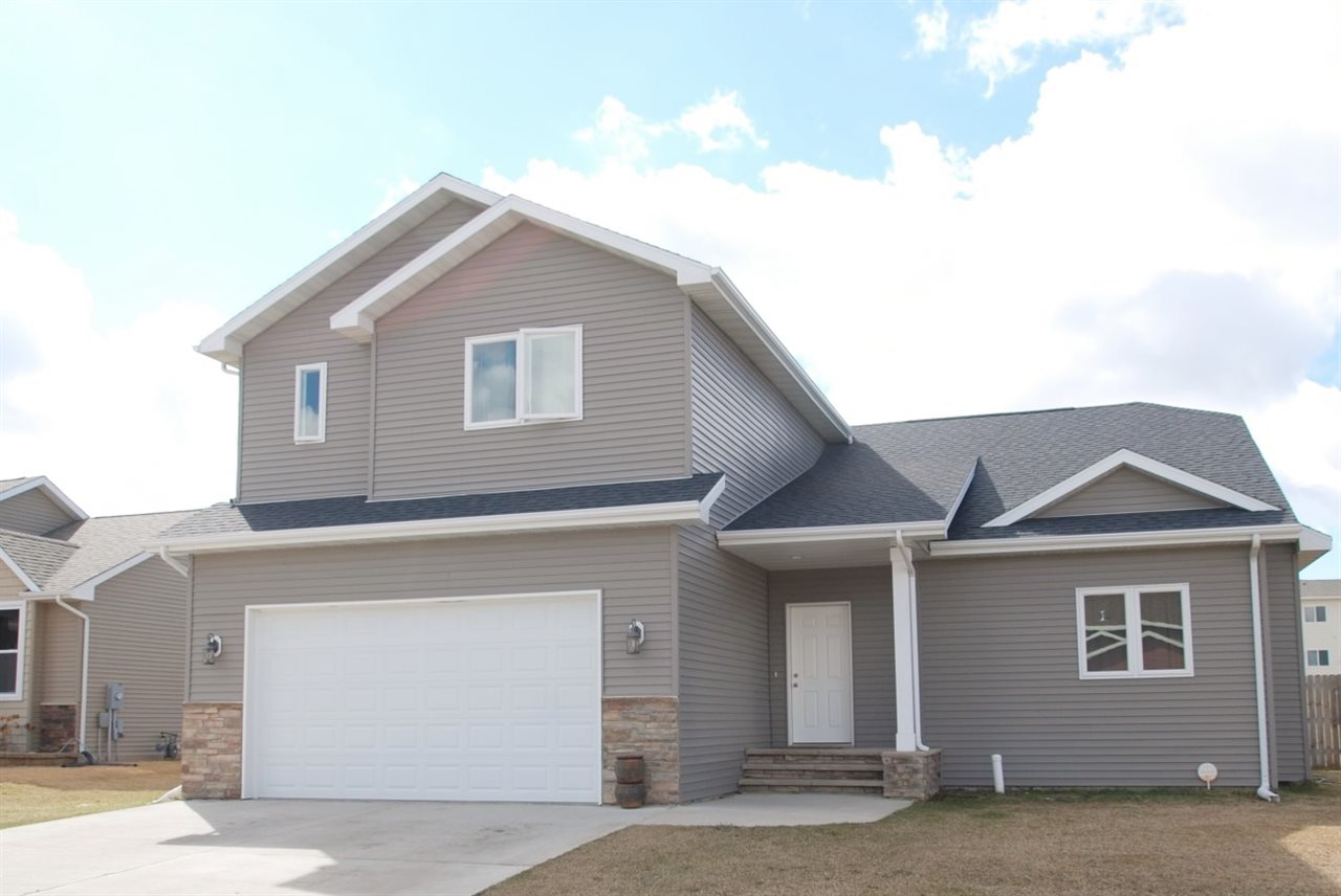 1904 26th St SW, Minot, ND 58701