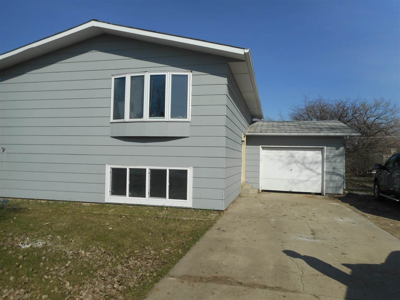 109 NW 2nd Ave, Surrey, ND 58785