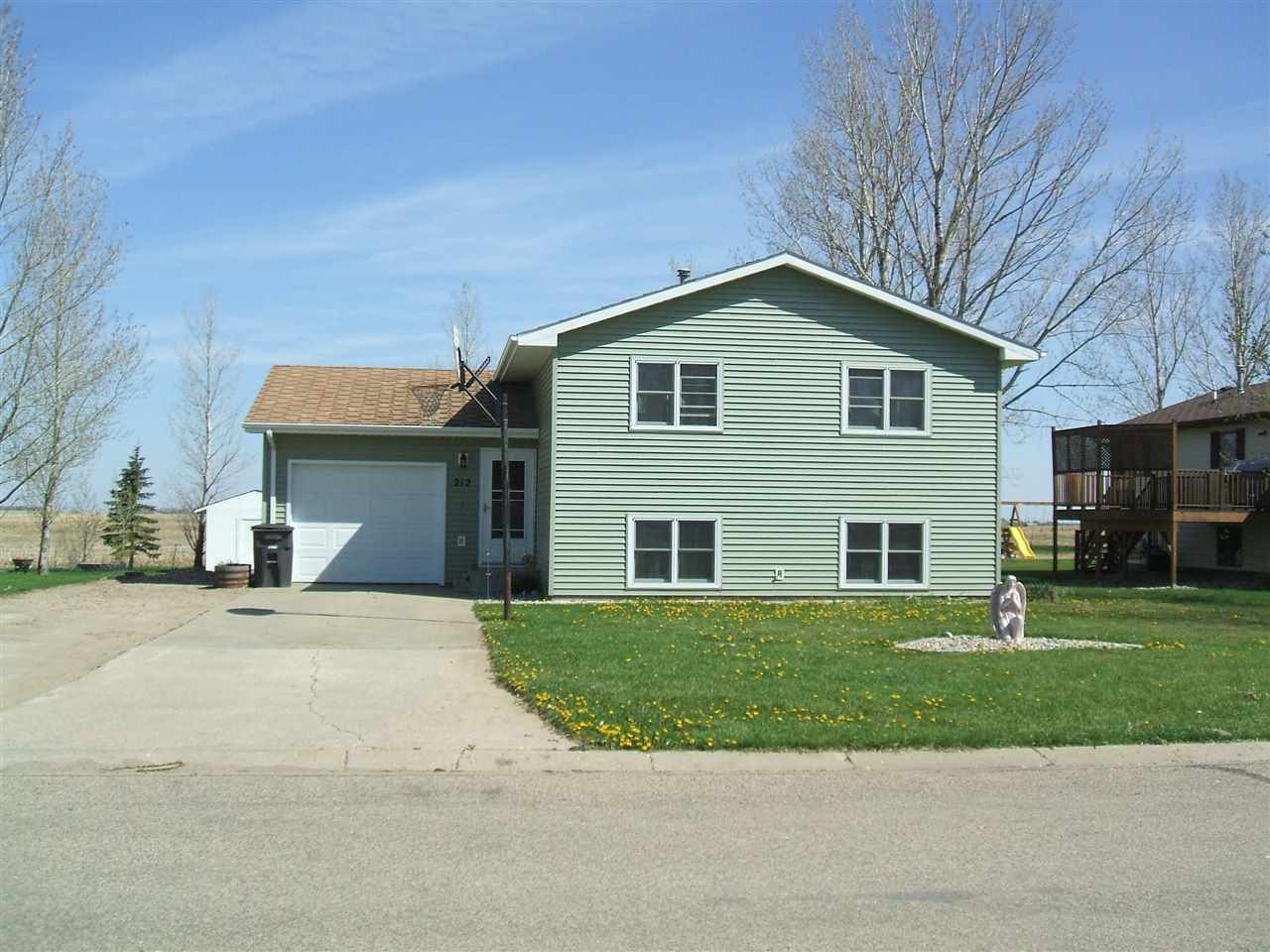 212 4th Street NE, Surrey, ND 58785