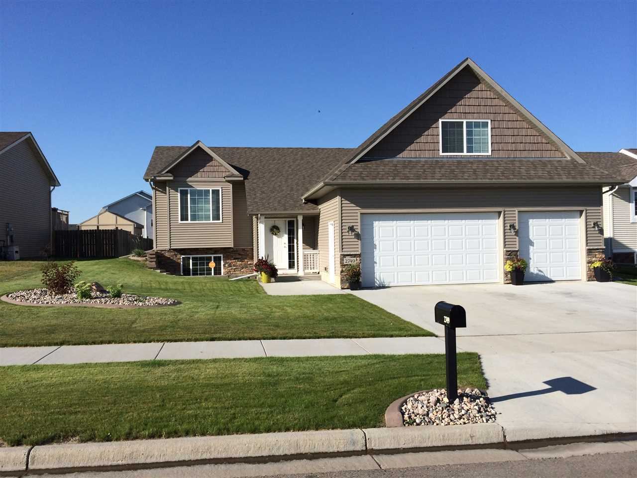 2749 HERITAGE DR NW, Minot, ND 58703