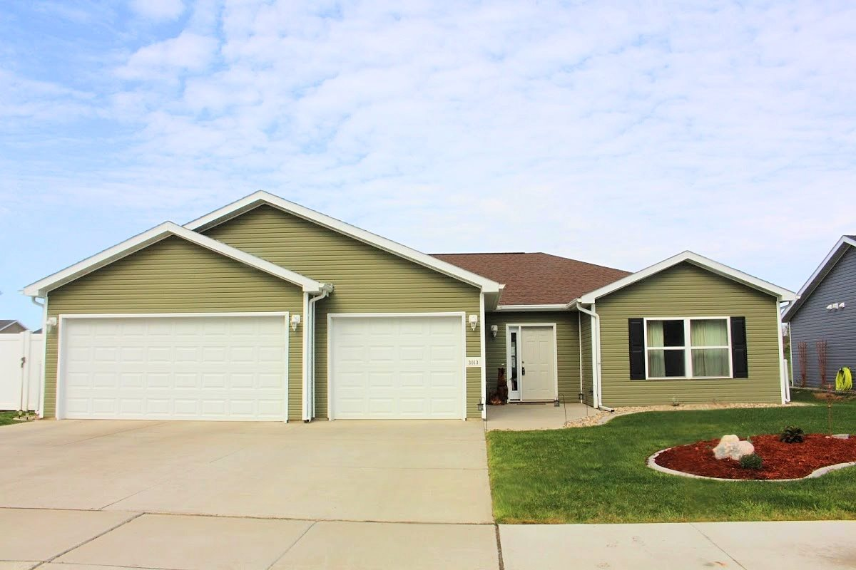 3013 10TH ST NW, Minot, ND 58703