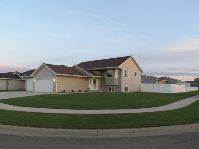 1804 SW 24th St, Minot, ND 58701