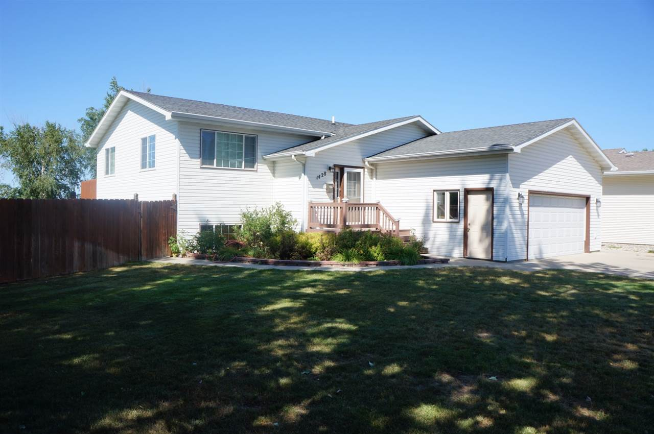 1428 SW Cottonwood Ave, Minot, ND 58701
