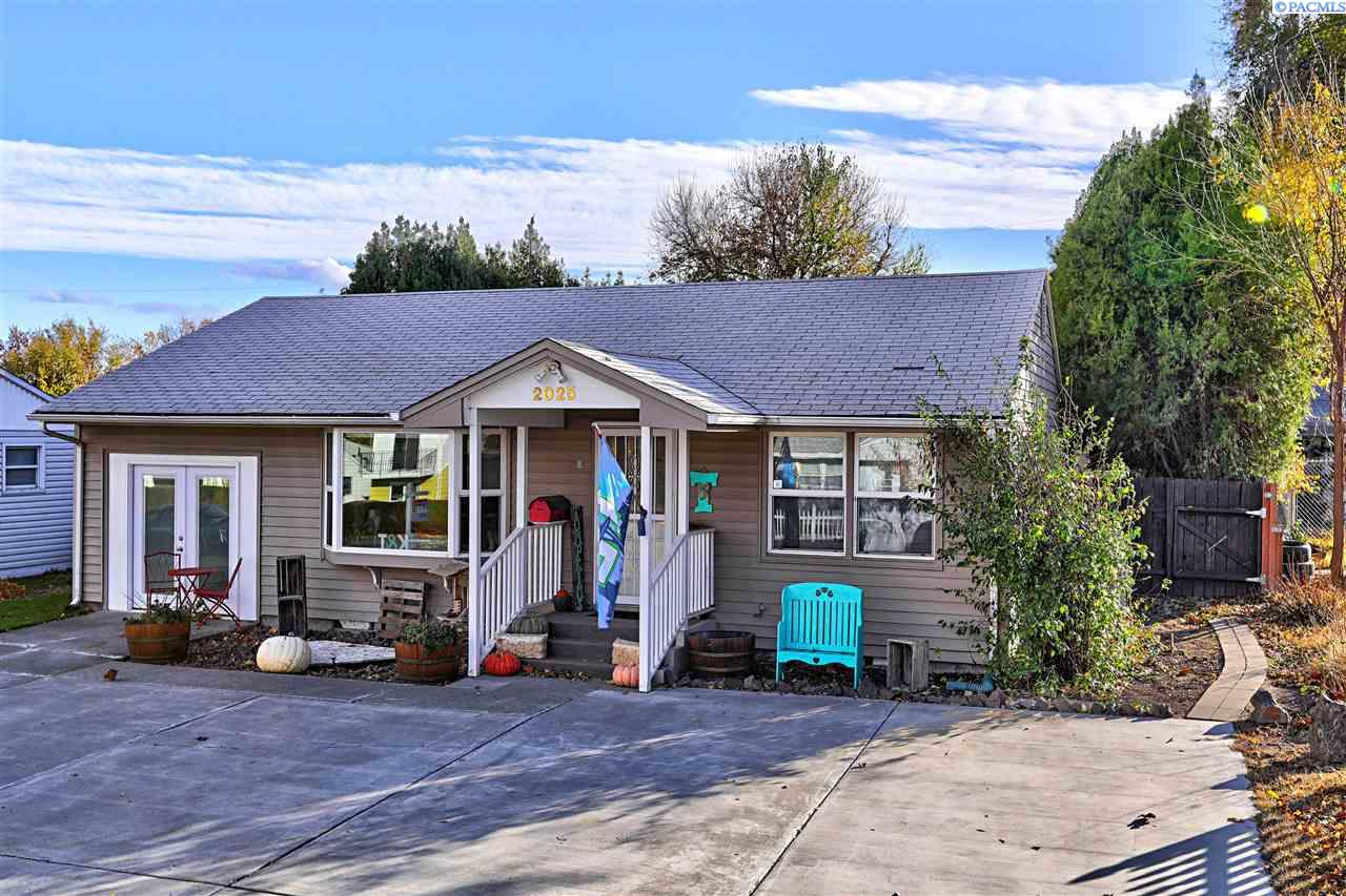 Single Family Home for Sale at 2025 W 3rd Avenue 2025 W 3rd Avenue Kennewick, Washington 99336 United States