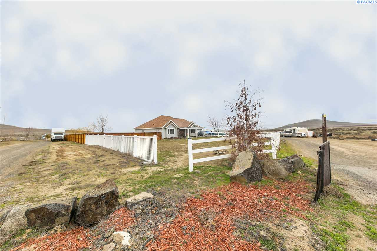 Single Family Home for Sale at 37114 E Kennedy Rd 37114 E Kennedy Rd Benton City, Washington 99320 United States