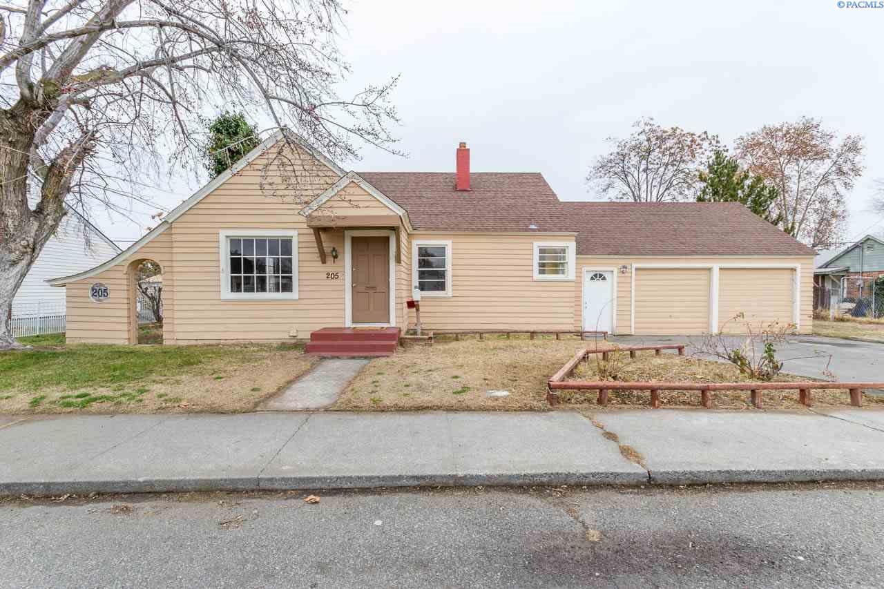 Single Family Home for Sale at 205 E 1st Pl 205 E 1st Pl Kennewick, Washington 99336 United States