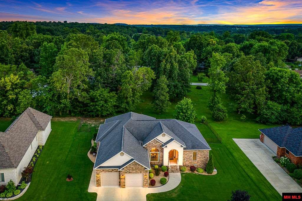 Oh my! Golfers delight, or if your yearning for high end living. Exclusive Big Creek overlooks golf course and Ozark hillside. Custom brick 4 bedroom, split floor plan, beautiful oak flooring. 12 ft ceilings, granite counter tops, large master bedroom with walk-in closets & oversized garage. Lots of extras.