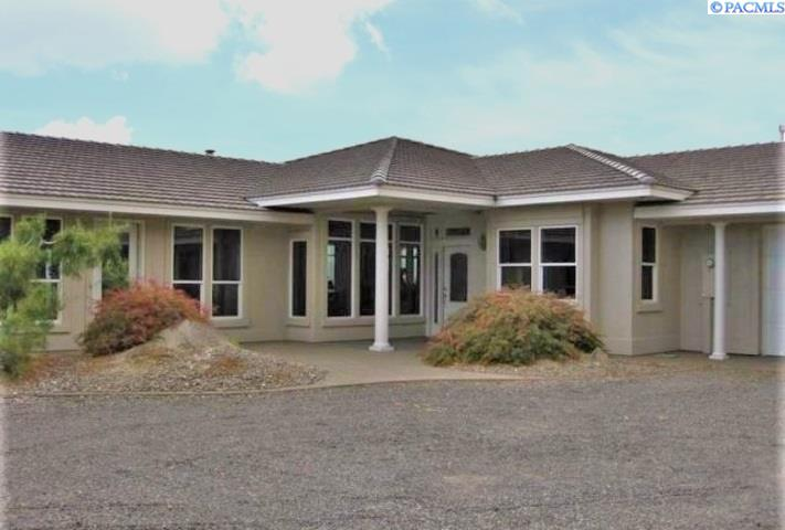 Single Family Homes for Sale at 120 Summit Drive Grandview, Washington 98930 United States