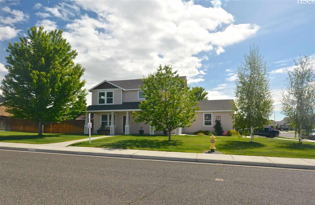 Single Family Homes for Sale at 2002 Diamond Head Way West Richland, Washington 99353 United States