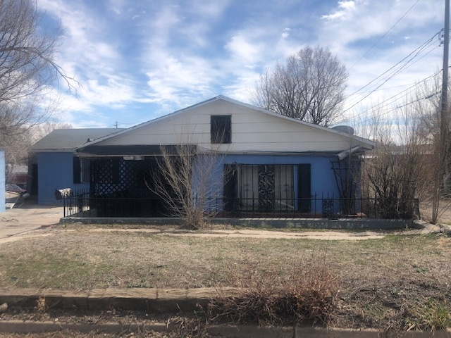 Freestanding 0 lot line single family home waiting for a remodel!! There are many flex spaces that can be used in this house, or could be converted into more bedrooms. Bring your vision and your work ethic!